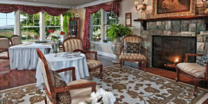 A lovely living area at Cozy Rose Inn in Washington State